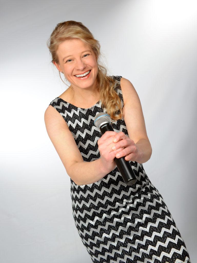 Christe Gollbrecht am Mikrofon