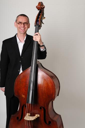 Wolfgang Kohlert mit Kontrabass